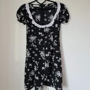 Klänning med spets och blommor!  Bra skick, lite skrynklig efter tvätt dock.  Storlek S  200 kr + frakt