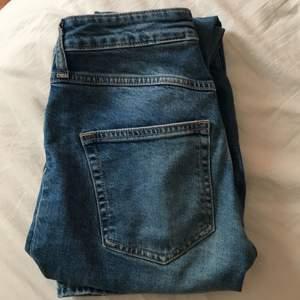 Jätte fina jeans från hm, är tyvärr för korta på mig som är drygt 1,70💘 str är 1,65 36, modellen är rak i benen