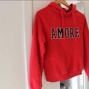 Röd hoodie från Gina, det står amore på den som betyder kärlek på spanska 🥰❤️