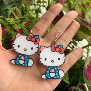 handgjorda Hello Kitty örhängen i nyskick, oanvända, väldigt söta och unika, 55kr inklusive frakt 💕 följ min Instagram @kakaka.se och få 2kr rabatt ❗️❗️❗️