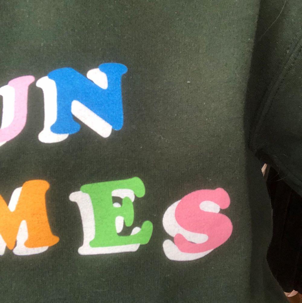 """En grön tröja från ASOS med trycket """"Fun times"""". Passar S/M. Använd ett fåtal gånger så väldigt bra skick🥰 köpare betalar frakt!. Tröjor & Koftor."""