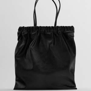 Säljer denna super duper snygga väska från zara. Köptes för ca 2 månader sen men använder endast min lilla axelremsväska så denna kommer inte till användning! Köptes för 250kr och är slutsåld. Egna bilder kan fixas ❤️❤️ använd cirka 2 gånger