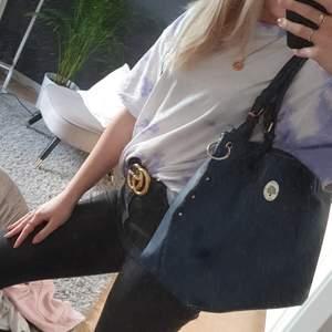 En blå mulberry handväska (inte äkta). Väskan har snygga gulddetaljer samt både långa och korta band. Det finns flera innerfack samt ett litet fack på baksidan av väskan. Väskan är i gott skick då den knappt använts.