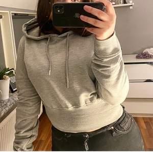 Säljer denna croppade hoodien från Pretty little thing, storlek S/M. Använt skick.