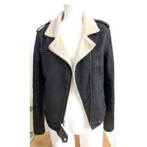 Mörk blå denim jacka med varmt foder, fickor med dragkedja, knappar i metall. Super snygg och i jättebra skick!! ✨💖🧥