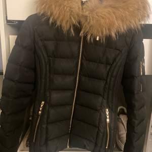 Hollies jacka med äkta päls. Jackan är i storlek 36 och cirka 3 år gammal. Användes endast 1 vinter säsong. Jackan är i gott skick, och passar perfekt till vinter säsongen. Köptes för 3699kr. Önskas fler bilder är det bara att höra av sig♥️