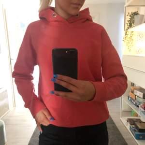 Säljer min fina röda hoodie från lager 157!! Säljer pga att den inte går till användning, storleken är xs och luvan saknar snören🤎🤎annars är den i fint skick och inte så använd, köparen står för frakten som är 66kr!!