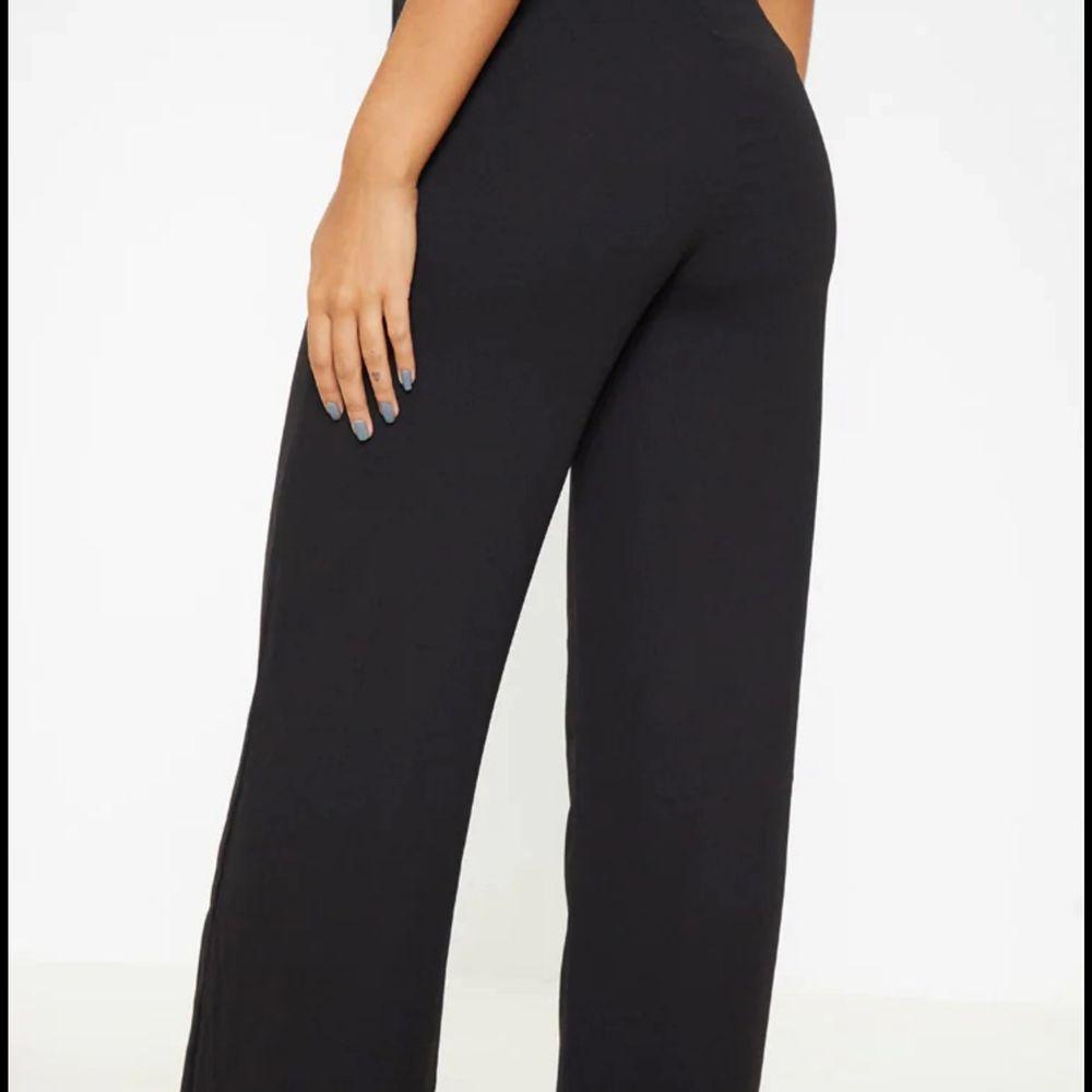 Säljer mina supersnygga svarta byxor från prettylittle tving i storlek S då de inte kommer till användning för köpt likadana, frakt tillkommer ❤️. Jeans & Byxor.