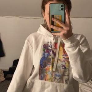 Säljer min hoodie eftersom jag inte ändvänder den alls utan den bara hänger i min garderob:) Jag har även en till med annat tryck så skriv för mer information och bilder🤍 Den är i bra skick🤍 Pris kan diskuteras🤍