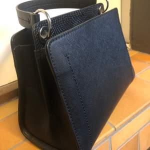 """Fin, ny oanvänd handväska från Zara i läderimitation. Väskan är i """"hårt"""" material."""