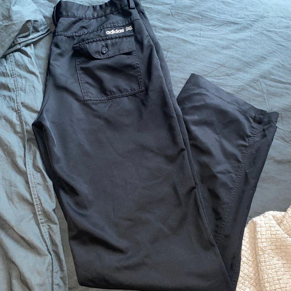 Byxor från Adidas, lite högre i midjan och raka i benen. Påminner lite om kostym byxor 😻 köpare står för frakt eller möts i Malmö ❣️ ev budgivning om där är många intresserade 🥳. Jeans & Byxor.