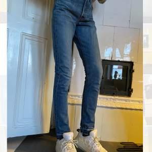 Levis jeans 501 i nyskick i fin blå färg. Mycket sällan använda! Förlängda ca 2 cm i benen. Stl W23 L30/31.💕