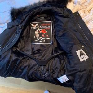 Varumärke Morgan B . En Black edition moose knuckle 3Q jacka köpt från johnells . Köpt till min man men passformen var för liten och kvittot borttappat . Därav den låga priset . Möts i Jönköping city men frakt går oxå att ordna. Mvh Felicia
