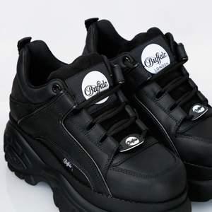 Söker buffalo london skor i storlek 38-39 i vit eller svart som har bra pris. Eller nån som vill byta om mina jätte fina i storlek 40.