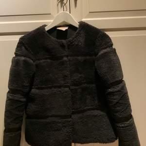 Grå pälsjacka från Neo Noir. Kostar i nypris 1500 kr