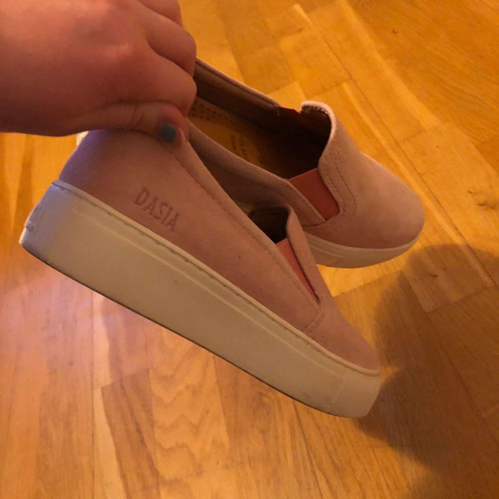 Rosa skor från dasia, tillkommer sulor i som jag lagt i då de satt lite löst på mig. Storlek 36. Skor.