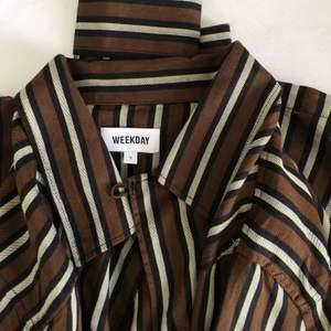 Säljer en i princip oanvänd skjorta från Weekday. (Brun/vit/mörkblå randig) ❤️ Bra skick! Lite frakt tillkommer.