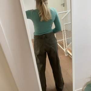 Dessa är alderless för stora och långa för mig men hade passat någon i storlek M. Utsvängda jeans