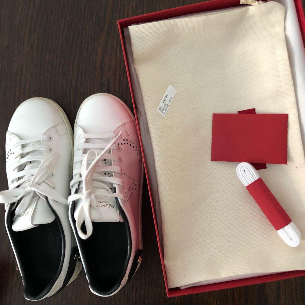 Säljer mina helt nya Valentino V Sneakers, använda en gång men passar tyvärr inte min fot. Storlek 36, passar även 37 (brukar ha 37) då de är stora i storleken. Äkthetsintyg, dustbag och helt nya skosnören kommer med. Nypris 5500kr, köpta på Valentino Garavani butiken på flygplats.. Skor.