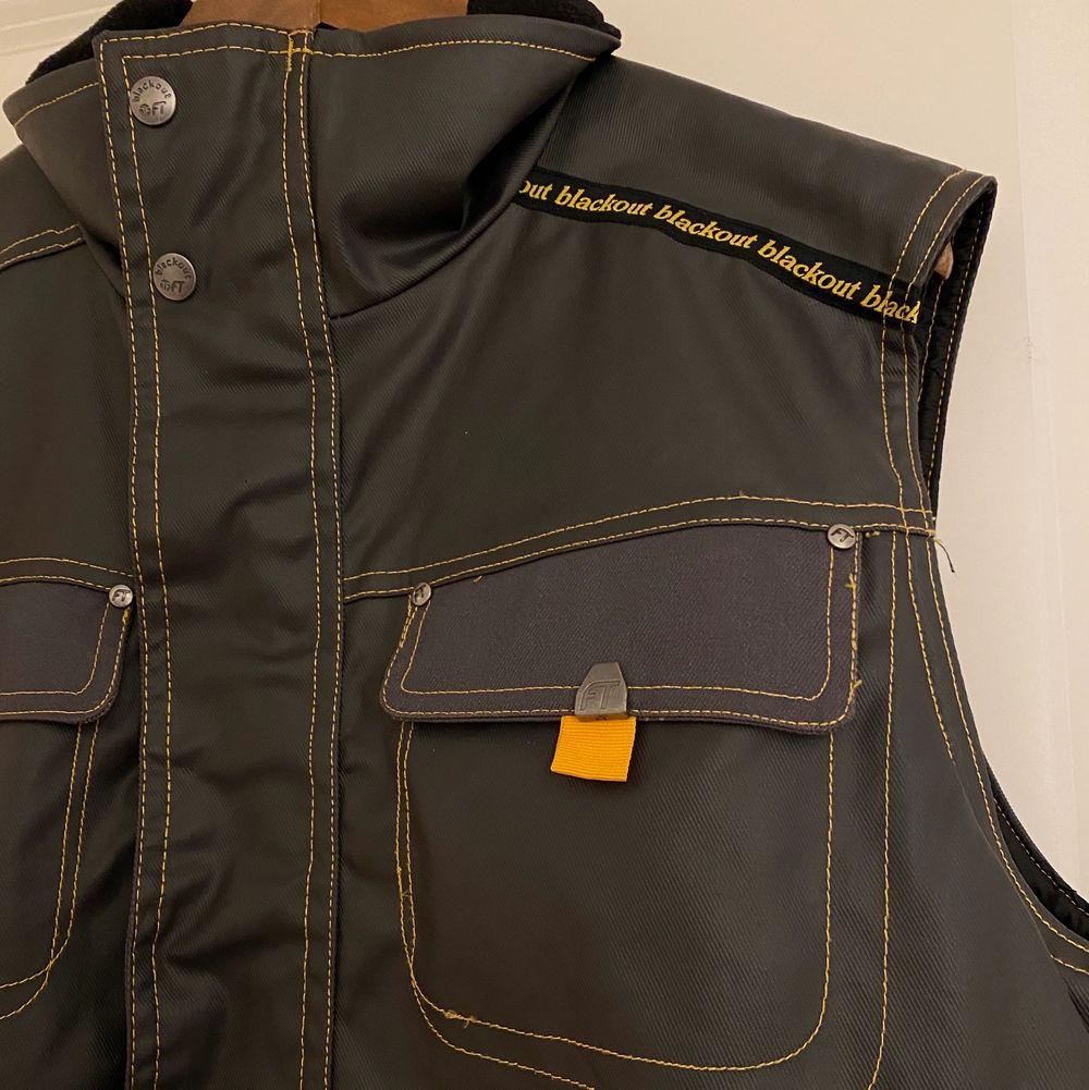 Säljer nu min coola second hand väst perfekt till hösten! Oversized i stolek M, coola detaljer å snygg unik färg. . Jackor.