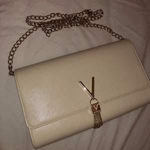 Funderar på att sälja min Valentino väska, äkta, man kan ha med band lägga in de i väskan så de inte syns. Skriv i DM om du är intresserad