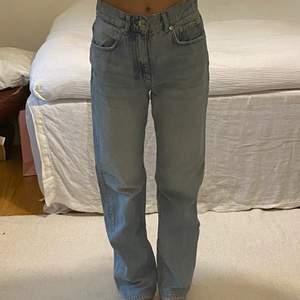 Gina Tricots populära 90s highwaist jeans i storlek 34. Buda från 200kr, säljer direkt för 300kr.