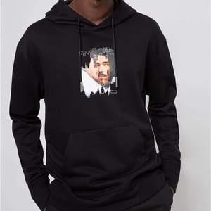 Hugo boss hoodie svart med tryck på, nästan aldrig använd.  Storlek M