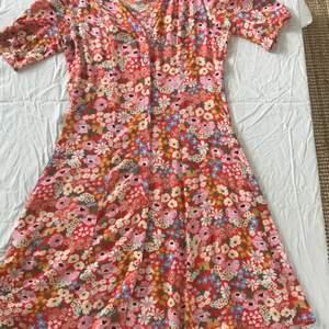 Oversize klänning från Monki i xxs. Säljer för att den är lite stor för mig. Sitter kanske mer som en S eller XS