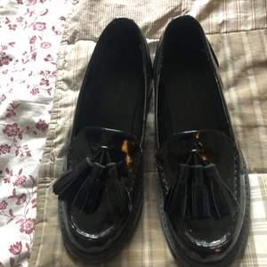Fina svarta loafers från Monki. Använda en gång. Bra kvalité. Man kan få sulor med för 10 kr extra. Frakt tillkommer.