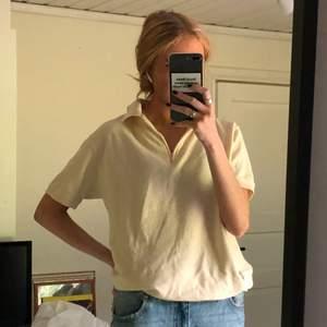 Gräddvit vintage T-shirt i ribbat material <3 Diggar den jättemkt men har dessvärre inte kommit till så stor användning på senaste så säljer den vidare! 120kr + 48kr frakt