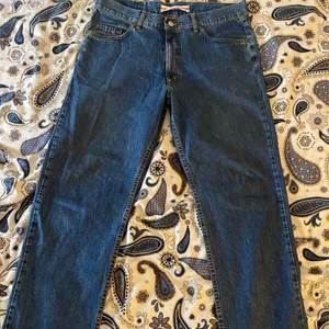 Hej! Säljer mina Carrera jeans som jag har tröttnat på. Det är storlek 36 i midjan och längden är perfekt för dem som är 178-183 skulle jag säga. Själv har jag 32 i midjan, men med ett bälte funkar det jättebra. För dem med storlek 32-34 får byxorna en liten relaxed passform. Tveka inte att skriva eller be om mer bilder vid intresse!
