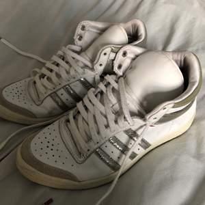 Säljer även också dessa adidas skor som jag tror är ännu äldre, jätte coola och i bra skick!!! Det är storlek 38 men passar nog 37 också❤️