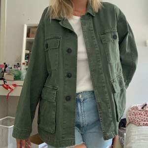 Hej! Säljer mina gröna jack. Kommer inte till användning.❤️Fint skick. Stolek S-M, oversized. Sååå fin!