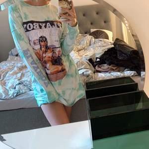 Säljer denna as snygga Playboy tröjan som är oversized. Man kan även använda den som en klänning 🤍