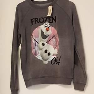 Forever21 sweatshirt med Frozen-motiv. Storlek M. Liten i storlek. Aldrig använd.