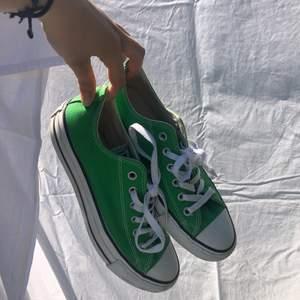 pga många intresserade är pros ändrat till 500kr och de blir först till kvarn! gröna låga converse. i fint skick.