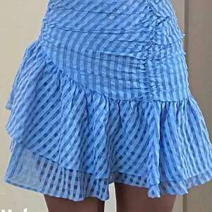 Säljer nu denna völdigt trendiga kjol som är slutsåld överallt!! Den är i storlek 32 men passar även 34💕💕perfekt nu till sommaren , buda i kommentarerna elelr köpt direkt för 550kr