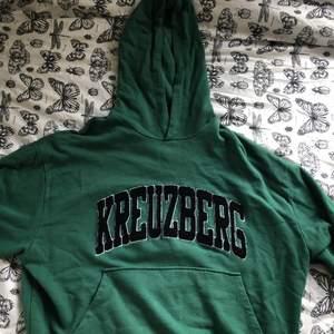 Snygg grön hoodie från asos och har vara använts runt 5 gånger så är i bra skick, köparen står för frakten<3