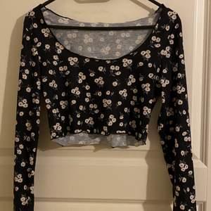 Långärmad och croppad tröja från shein i storlek M. Denna tröja är ganska kort och sitter ganska högt upp men passar bekvämt, tror därför denna passar bättre som en storlek S