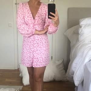 Slutsåld klänning från glamorous, storlek 36, budgivning i kommentarerna🌼 startpris 150kr