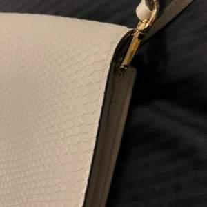 En helt oanvänd praktisk väska med avtagbar axelrem, fin färg som passar till med mesta☺️