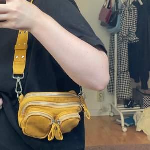 Säljer denna gul/orange axelväskan i fejmocka. Det är en liten modell på väskan. Den är näst intill oanvänd och är i nyskick! 💕💕
