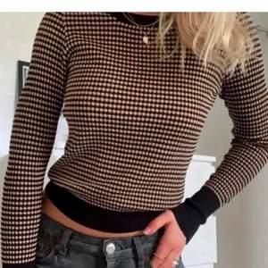(Lånade bilder) säljer denna trendiga tröja från Zara! Använd ett fåtal gånger så i väldigt fint skick! Kan skickas men då tillkommer frakt!🥰