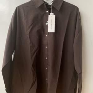 Brun oversize skjorta köpt på Åhléns märket Carin Wester. Aldrig använd lappar kvar. Skulle säga att den passar upp till st 38 beroende på hur oversize man vill ha den💞