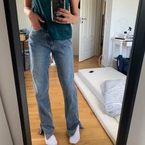 Ett par jättefina Högmidjade jeans från boohoo! Köpte de för ett tag sen men har aldrig använt. Jag har dock sytt in de längst benen så en extra söm finns, men inte något man märker(titta andra bild). Skulle säga att byxorna passar lite längre tjejer (jag är runt 1,70 cm) och de är precis för långa. Säljer då de inte har kommit till användning.Har inget fast pris för byxorna så det är bara att komma med ett pris så kan vi diskutera det därifrån! Köpte för runt 250kr  💞💞