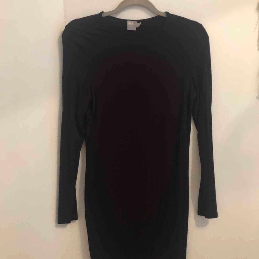 Oanvänd basic svart långärmad klänning från Asos, passar perfekt till allt och slutar ungefär vid knäna ☺️ frakt ingår i priset!✨. Klänningar.