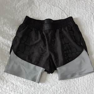 Shorts från Alexander Wang x H&M. Använda ett par ggr och i fint sick. Köpare står för frakt.