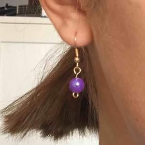 gulliga örhängen som jag har gjort själv! <3 frakt 9kr