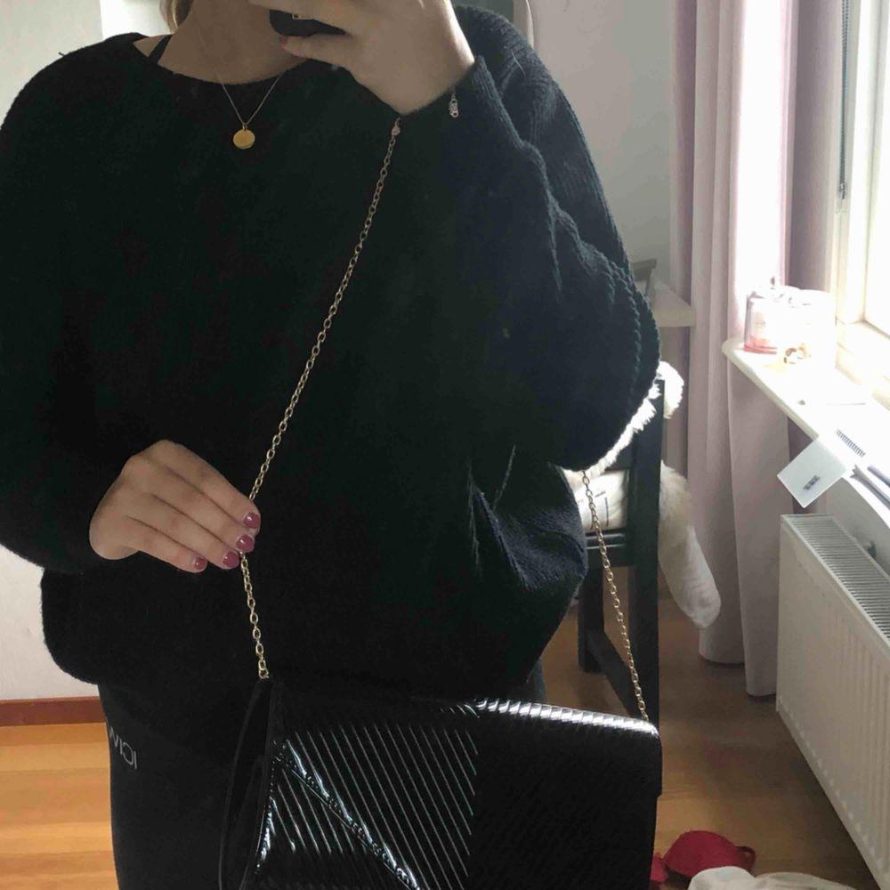 En fin Handväska med avtagbar kedja. Väskan har en liten innerficka. Skickas mot fraktkostnad och betalas via swish. . Väskor.