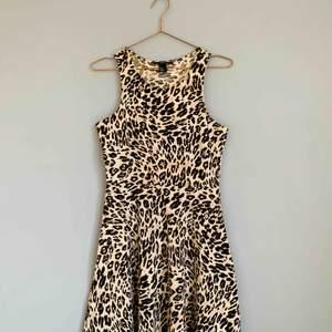 Tight i överdelen och lösare på kjoldelen - med den här är du snygg överallt!😍 Leopardklänning som går ner på ungefär halva låren.   Jag kan både mötas upp eller skicka💌🤗